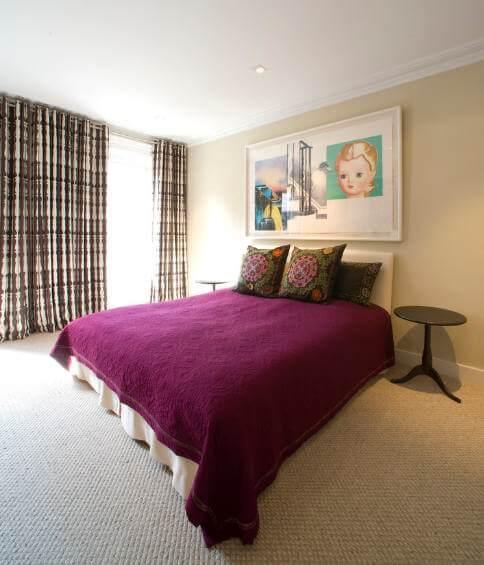 Мягкий ворс ковролина идеально подходит спальне