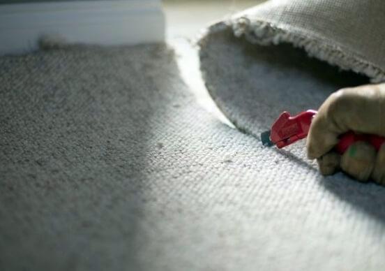 Нарезаем полосы ковролина с помощью резака