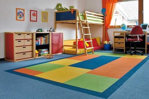 Детский ковролин с разноцветными фигурами