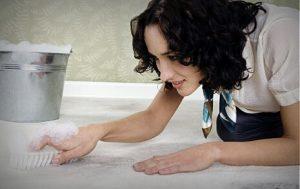 Удаление мочи с коврового покрытия с помощью уксуса и воды