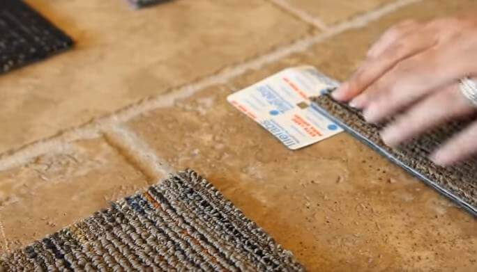 Шаг 2 - зафиксируйте ковровую плитку