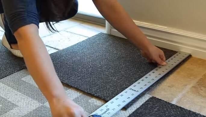 Шаг 5 - замерьте необходимую ширину крайней плитки
