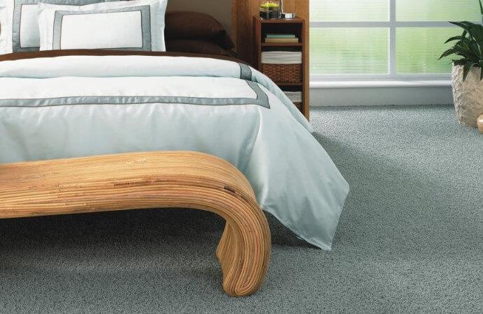 Ковровое покрытие приятного оттенка в интерьере спальни