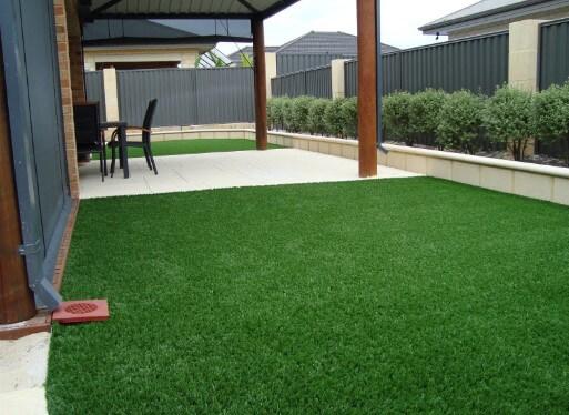 Терраса, покрытая ковролином искусственная трава